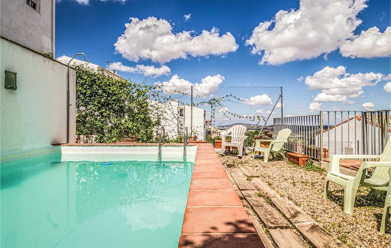 Awesome home in Luque with WiFi, Outdoor swimming pool and 6 Bedrooms (EAC424), aluguéis de temporada em Zuheros