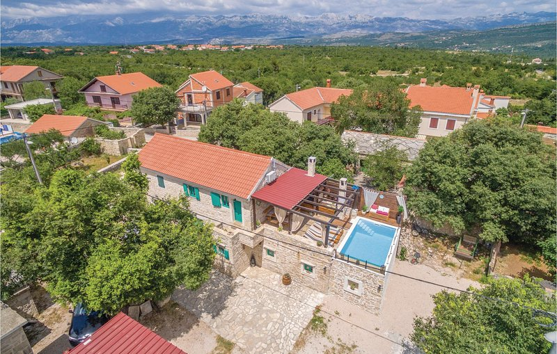 Amazing home in Pridraga with WiFi, Outdoor swimming pool and 2 Bedrooms (CDA611, casa vacanza a Pridraga