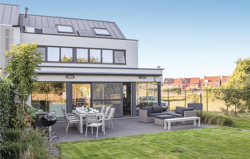 Beautiful home in Brugge with WiFi and 4 Bedrooms (BVA272), holiday rental in Sint-Kruis