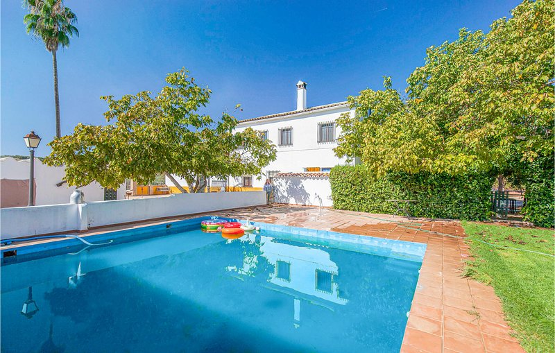 Awesome home in Alanís with Outdoor swimming pool, Outdoor swimming pool and 6, location de vacances à El Pedroso