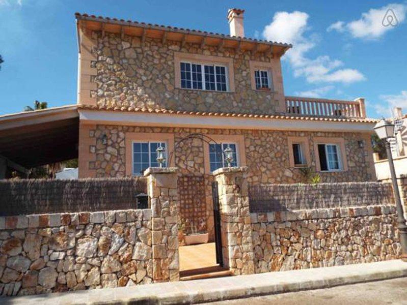 Can Vich, Muy cerca de la Playa, WI-FI, Aire Acondicionado, Barbacoa, holiday rental in Cala Santanyi