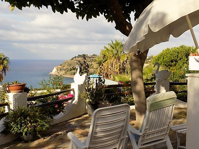 Apartment in villa 350 meters from the sea, splendid view of the bay Med'4, location de vacances à Capo Vaticano