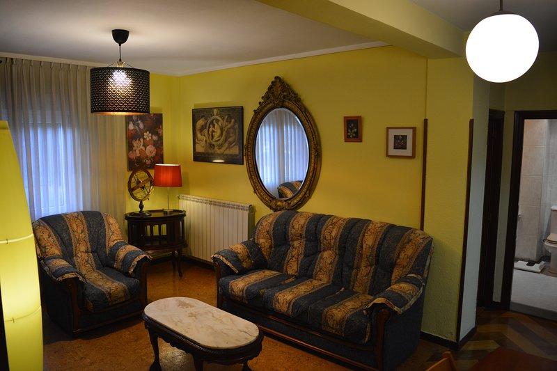 Apartamento 3 dormitorios en Gijón, lado Plaza Toros, holiday rental in Somio