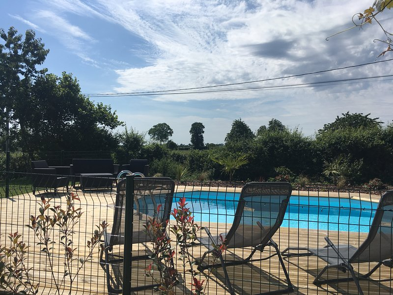 Stunning converted barn, set in a picturesque and tranquil location, with a pool, location de vacances à Magny-le-Désert