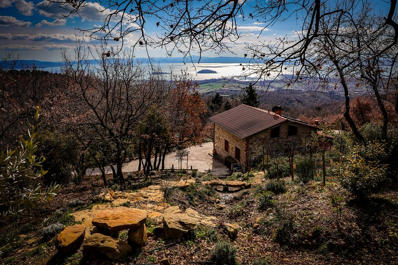 House with private swimming pool and panoramic lake view, aluguéis de temporada em Tuoro sul Trasimeno