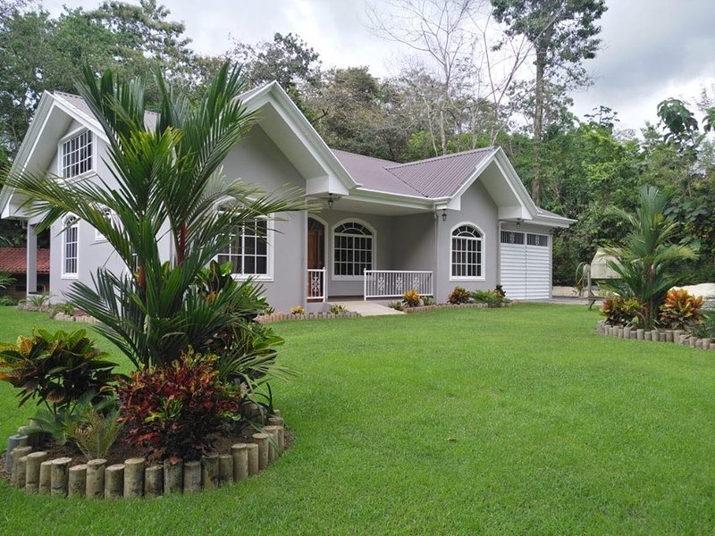 Modern home close to town, vakantiewoning in Aguas Buenas