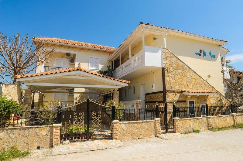 Triple Studio with Balcony, location de vacances à Porto Koukla