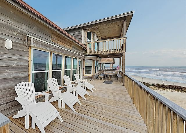 Exquisite Gulf-Front Home in Spanish Grant w/ Balcony Views - Steps to Beach, location de vacances à Galveston