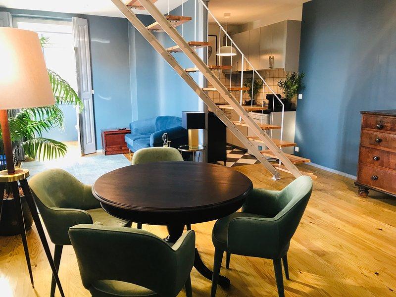 El piso inferior del apartamento es un espacio abierto.