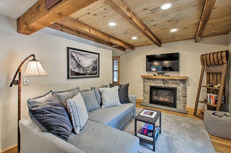 Luxe Cabin: BBQ, Deck, 2 Mi to Cranmore Mtn Resort, location de vacances à Fryeburg