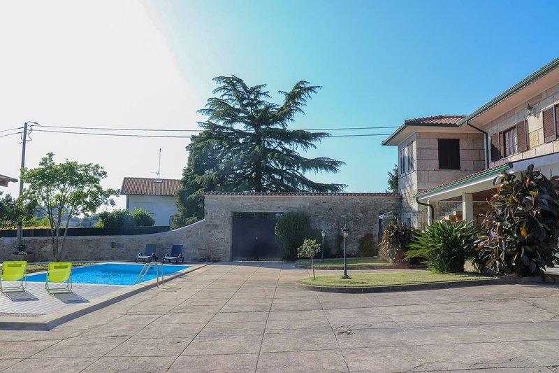 Amazing villa with swimming-pool, aluguéis de temporada em Forjães