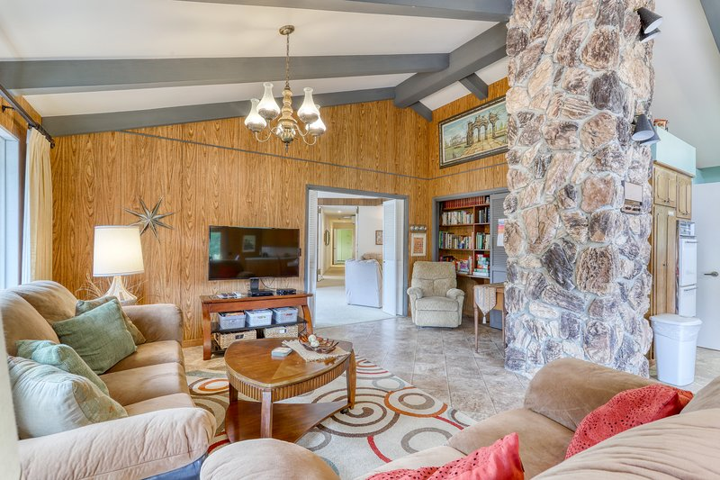Set on a hilltop surrounded by Redwood National Park w/ views of the Pacific!, vacation rental in Klamath