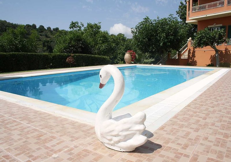 One bedroom flat with private swimming pool, location de vacances à Gouvia