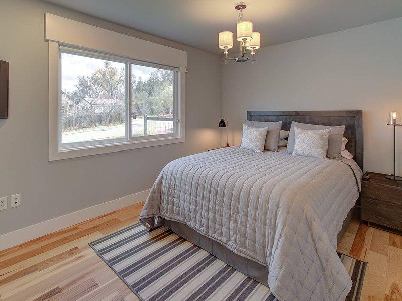 Master Bedroom 1 w/ Queen Bed