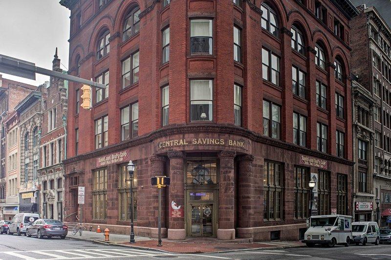 ¡El histórico edificio del Central Savings Bank alberga su hogar lejos del hogar!