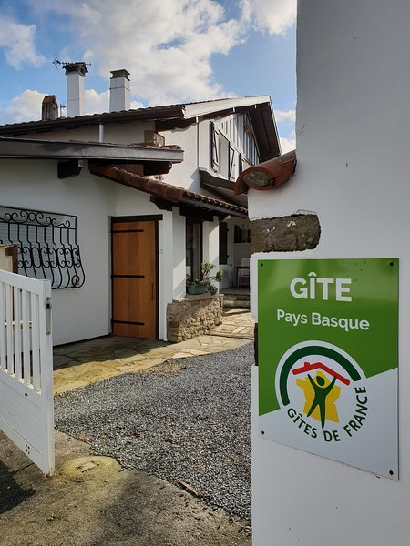 Entrée principale du gîte Etchenika Côte Basque