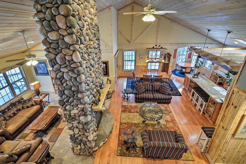 Rustic Northern House w/Sauna by Traverse City!, alquiler de vacaciones en Bellaire