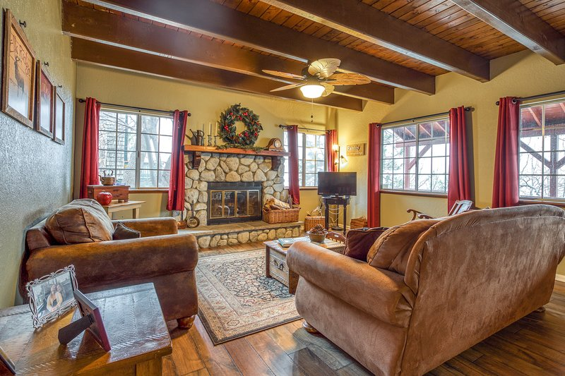 Cozy cabin w/ a fireplace, full kitchen, deck, & mountain views!, holiday rental in Green Valley Lake