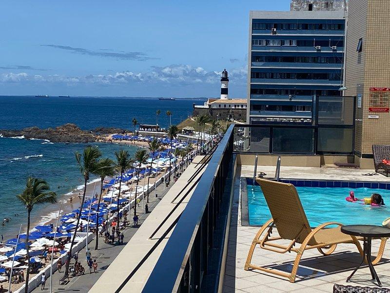 Flat quarto e sala mobiliado. Prédio frente mar: praia do Farol da Barra, alquiler de vacaciones en Salvador