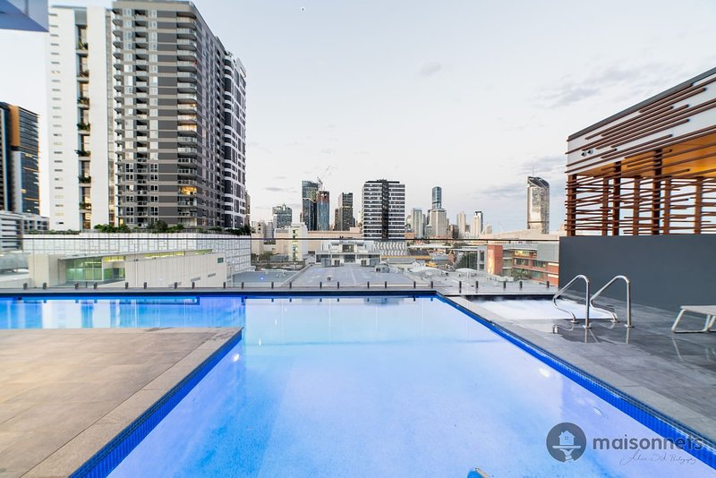 1BR Apt In Sth Brisbane With Views & Parking, holiday rental in Indooroopilly