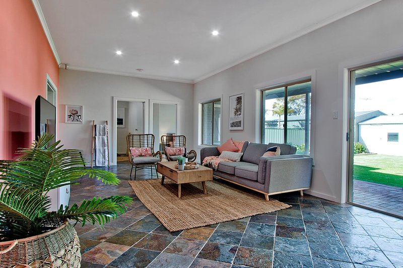 Adelaide Beachside 4 Bedroom House with Parking, holiday rental in Grange