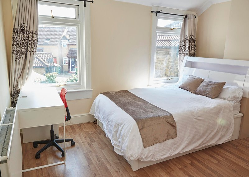 A BIG ROOM CLOSE TO THE TRAIN STATION, holiday rental in Stratford City