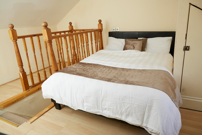 A private loft room in a house, holiday rental in Stratford City