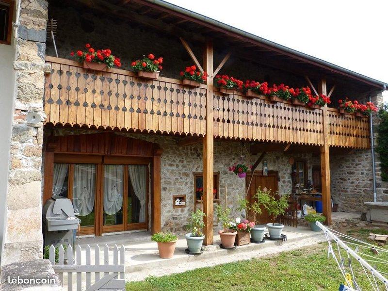Gîte de 200 m2 Capacité 10 personnes A 5 minutes sortie autoroute Animaux admis, holiday rental in Champoly