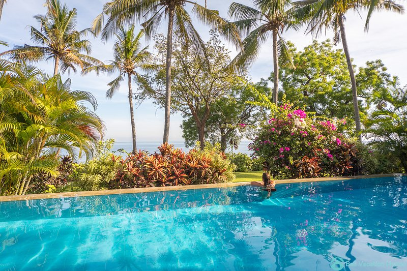 Breathtaking oceanfront villa infinity pool 3BR, staff and boat, near Lovina, Ferienwohnung in Umeanyar