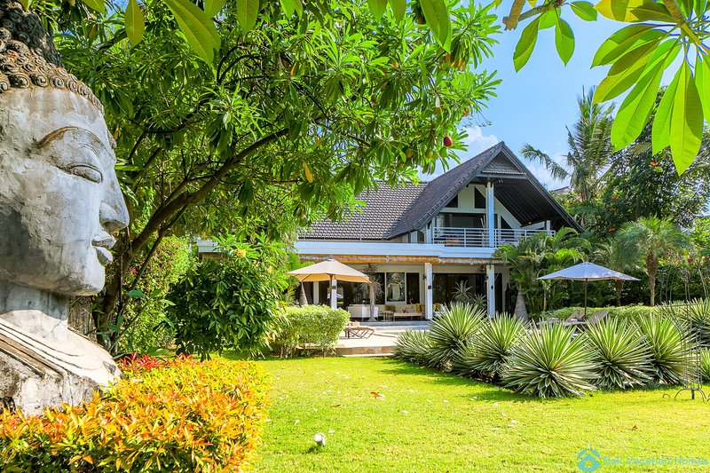 Majestic 12P, Family and Friends seafront villa with staff near Lovina, Ferienwohnung in Umeanyar
