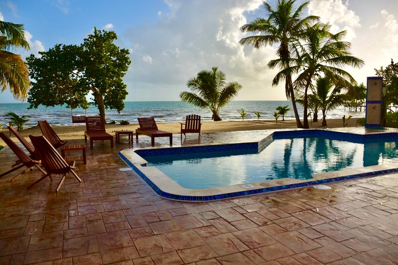 Windsong Belize - New Beachfront Villa with a Pool, vakantiewoning in Hopkins