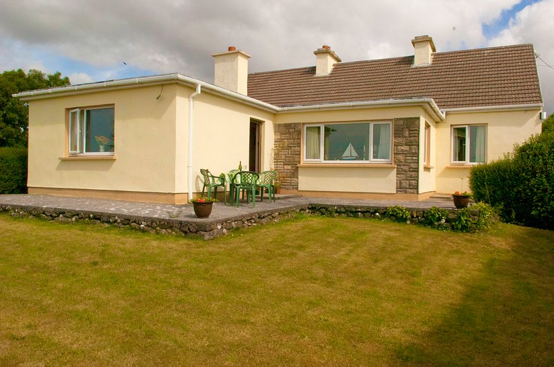 4-Bed Cottage in Co. Galway 5 minutes from Beach, holiday rental in Spiddal