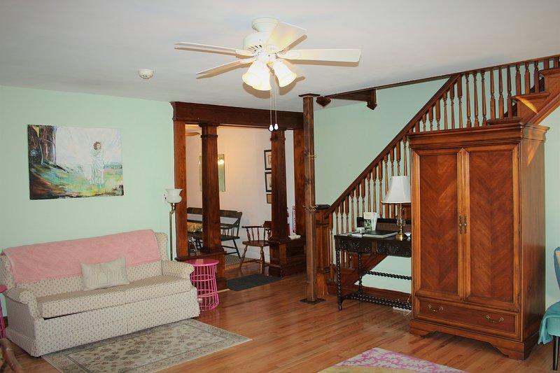 Les piliers en bois poli de style ancien ajoutent des détails d'époque avec un escalier en bois d'origine