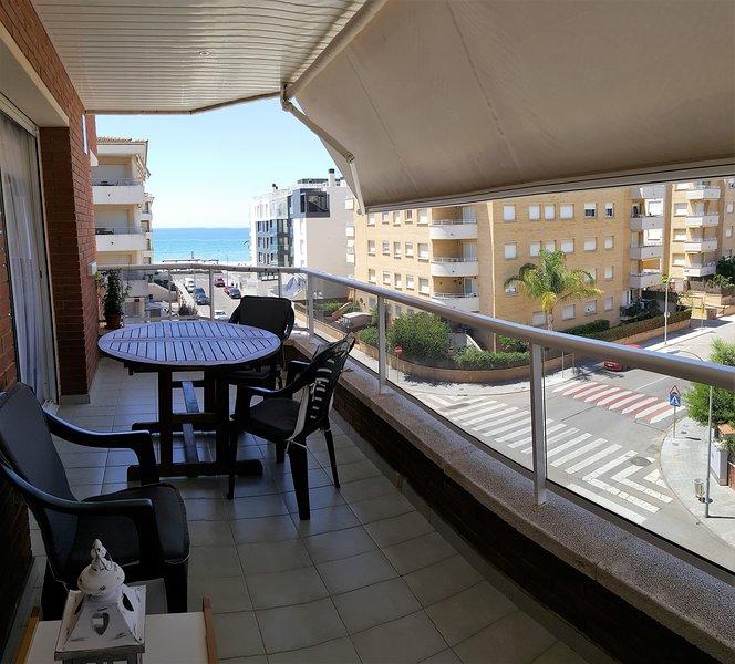 Apartamento Luminoso con piscina y vistas al mar, aluguéis de temporada em Calafell