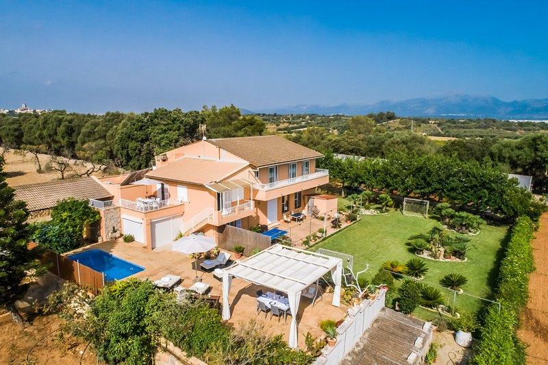 Finca 'Els Moyans' mit Pool, großzügigem Garten, Sat-TV, Internet, holiday rental in Muro