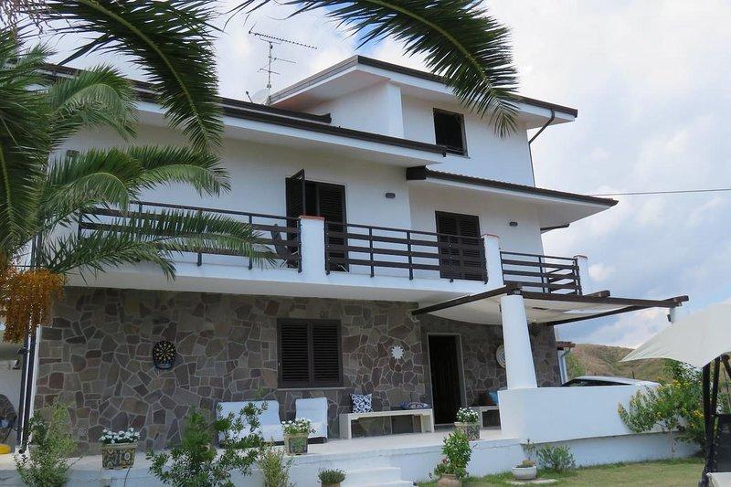 Big house with sea view & terrace, alquiler vacacional en Bova Marina