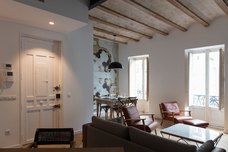 Chic and central, in a lively but quiet area. All walking distance., location de vacances à Canals