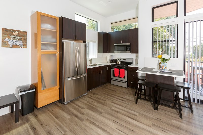 Amazing studio with loft and rooftop deck by the Beach!, location de vacances à Marina del Rey