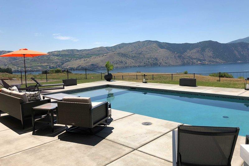 Lavish Lake Chelan Escape w/Pool & Panoramic Views, location de vacances à Pateros