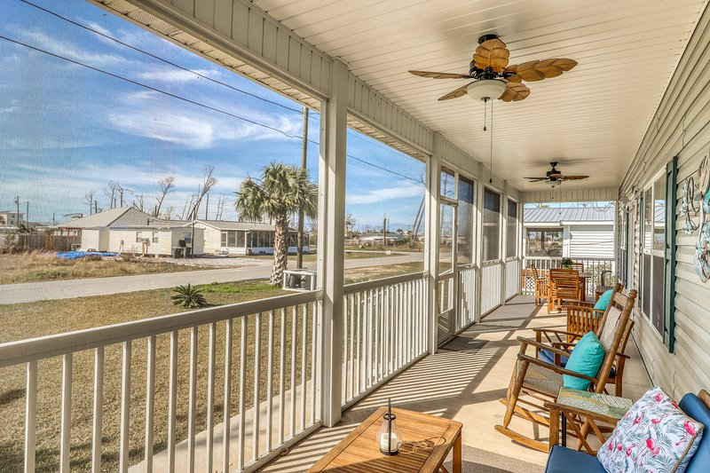 Gorgeous coastal home w/ full kitchen & screened-in porch - close to the beach!, vacation rental in Mexico Beach