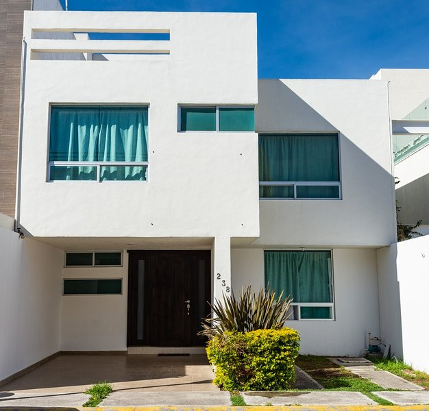 luxury house with 5 rooms jacuzzy netflix in a private location security 24, holiday rental in Pachuca