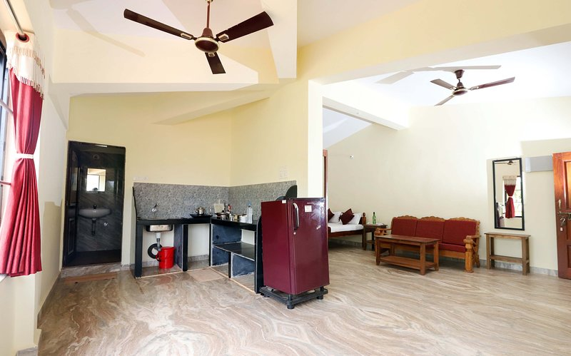 Cozy apartment with kitchen at Morjim Sunset Guesthouse near Morjim Beach Goa, vacation rental in Morjim