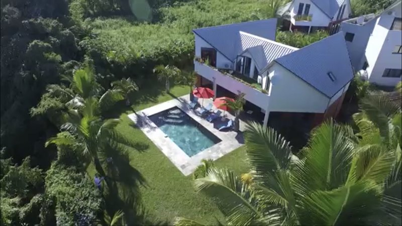 Grande Villa luxueuse d'architecte F6/7 avec piscine en ardoise, jardin arboré, alquiler vacacional en Ravine des Cabris