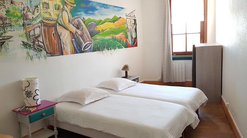 Chambre privé 2 lits dans Gîte Etape Les Brimbelles Aubure proche Ribeauvillé GR, holiday rental in Aubure