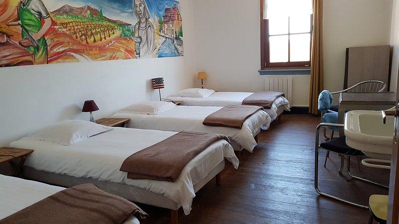 Chambre privé 4 lits dans Gîte Etape Les Brimbelles Aubure proche Ribeauvillé GR, holiday rental in Aubure