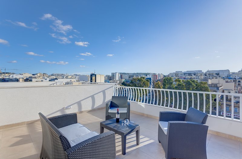 Centric and Modern Penthouse close to Amenities, holiday rental in Hamrun