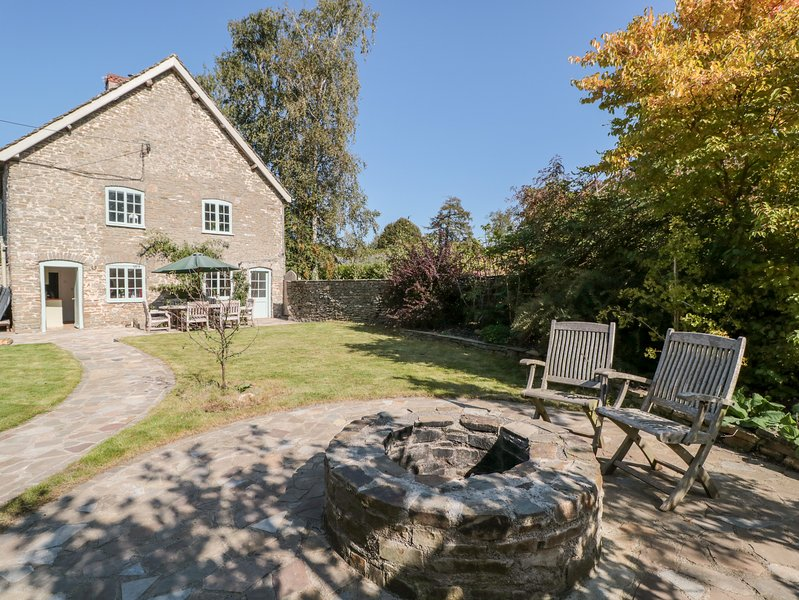 OLD COACH HOUSE, WiFi, dog-friendly, Presteigne, vacation rental in Titley