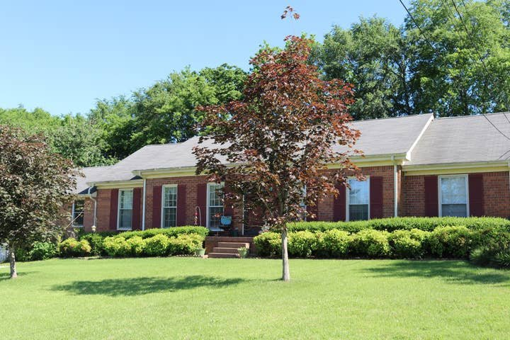 2,100 Sq Feet - Fenced in Back YARD for pets!, aluguéis de temporada em Hendersonville