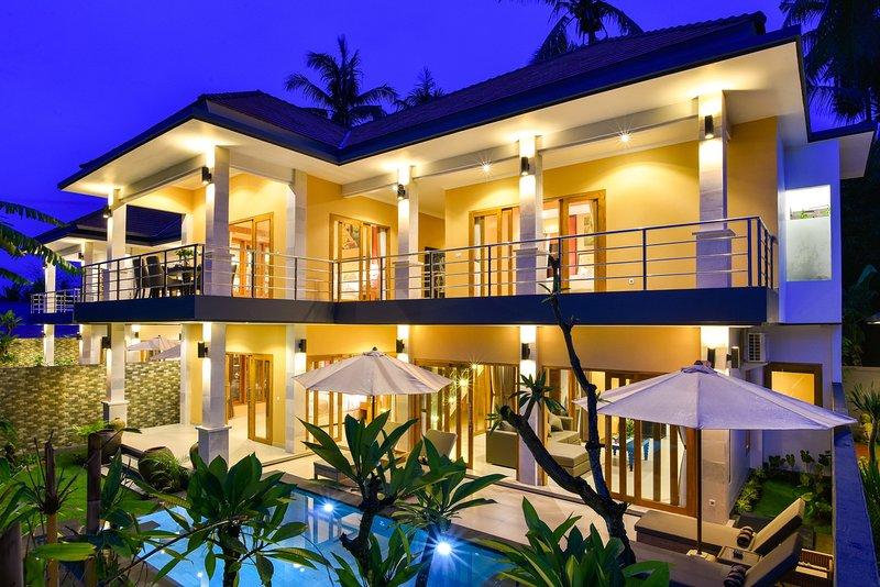 Villa Nyoman 2 · Lovina 5* villa with staff, free breakfast, 3 Bedroom, Pool, Ferienwohnung in Kaliasem