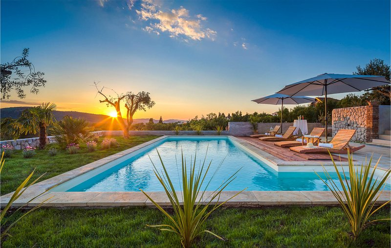 Awesome home in Sibenik with Outdoor swimming pool and 4 Bedrooms (CDJ679), casa vacanza a Bilice
